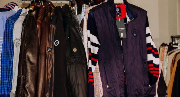 Odată cu închiderea magazinului, o vânzare completă de îmbrăcăminte de marcă pentru bărbați și femei.