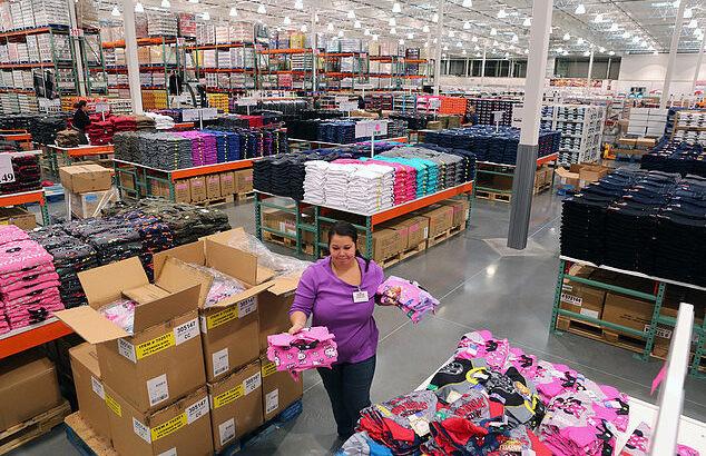 Lucrători la depozite de haine second-hand. Poloni