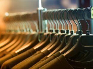 Lucru la sortarea hainelor SECOND-HAND