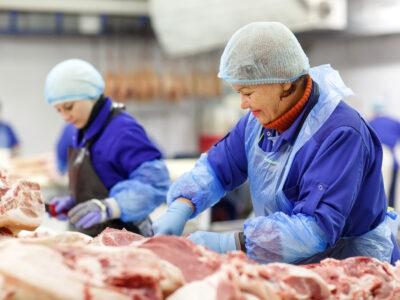 Muncitori la Uzina de prelucrare a cărnii de porc