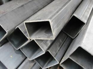 Muncitori la producerea profilelor metalice
