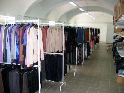Personal necalificat pentru sortarea hainelor