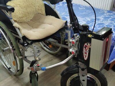 Тяговое устройство с приводом для инвалидных коляс